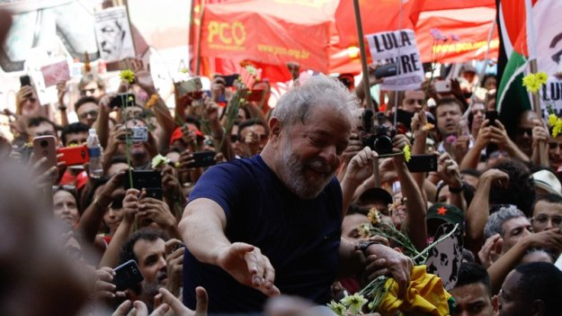 Lula addresses crowd before handing himself over to police